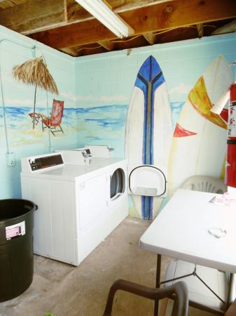 Click to enlarge image Painted walls make laundry more fun - Barefoot Dayz - Wonderful Studio Condo at Island Retreat